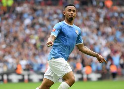 Gabriel Jesus converteu o último pênalti no título da Supercopa da Inglaterra do City diante do Liverpool