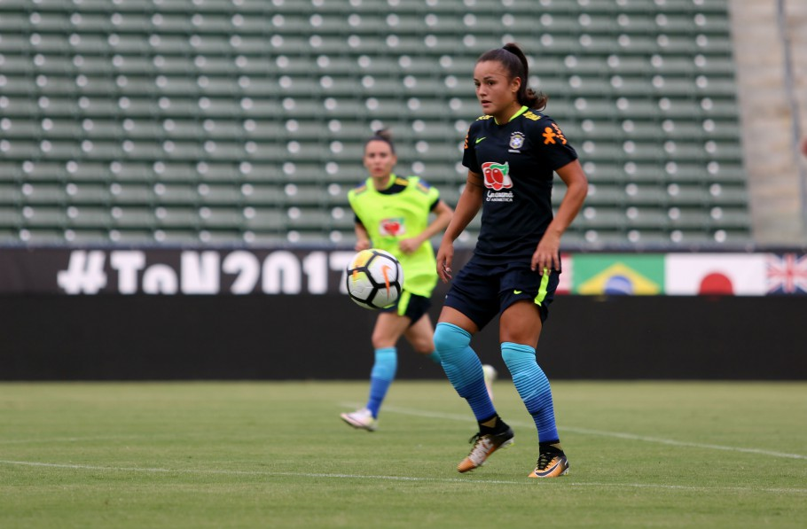 Camila domina a bola lindamente no StubHub Center