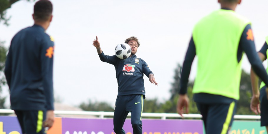 Treino com bola no CT do Tottenham. Neymar