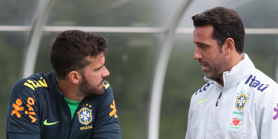 Edu Gaspar e Alisson no CT do Tottenham, em Londres