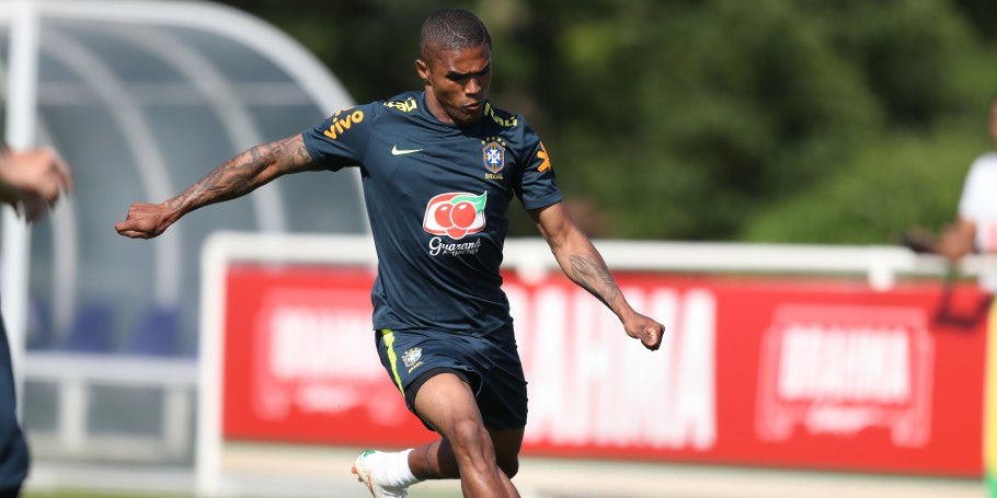 Treino no CT do Tottenham. Douglas Costa