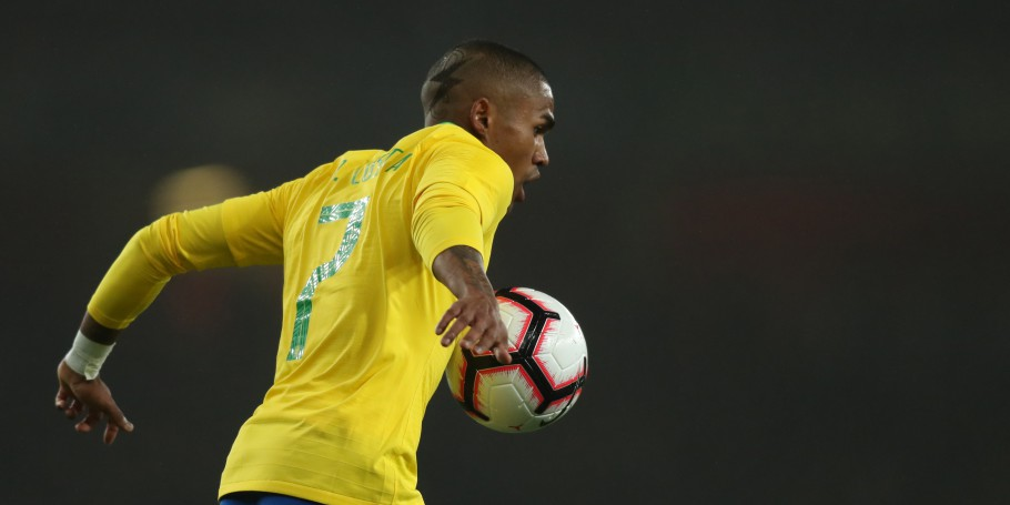 Brasil x Uruguai no Estádio do Arsenal. Douglas Costa