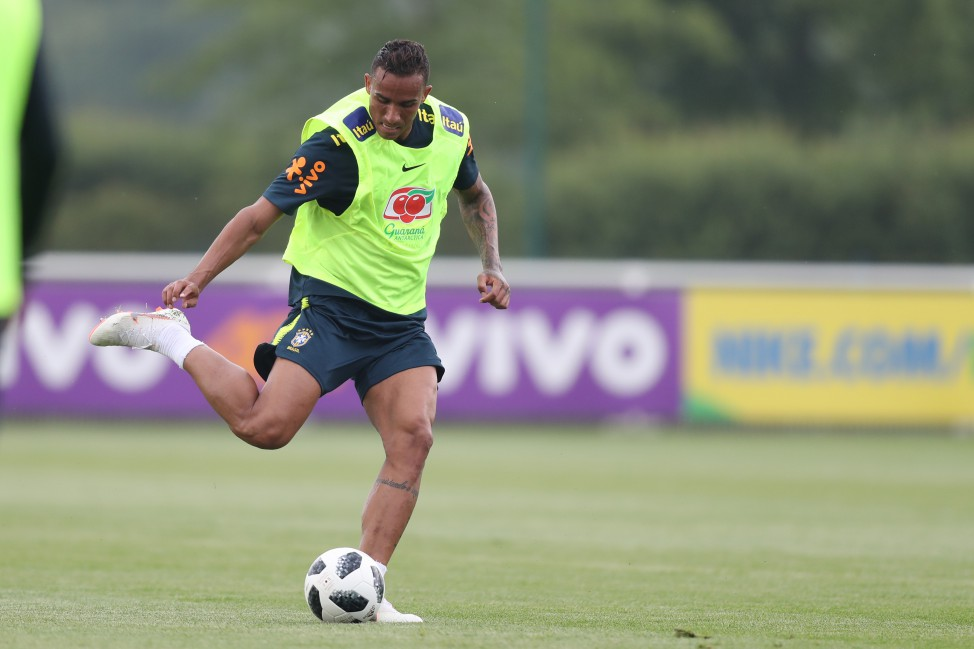 Treino no CT do Tottenham. Danilo.